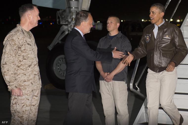 Barack Obamat üdvözli az Egyesült Államok afganisztáni nagykövete.