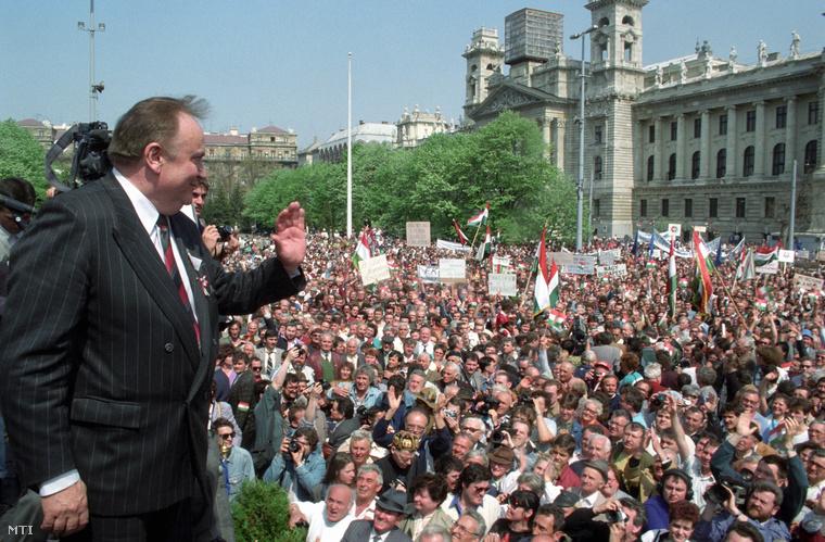 1992. április 25: a harag napja. Torgyán József a Független Kisgazdapárt elnöke integet a tömegnek a Parlament előtt