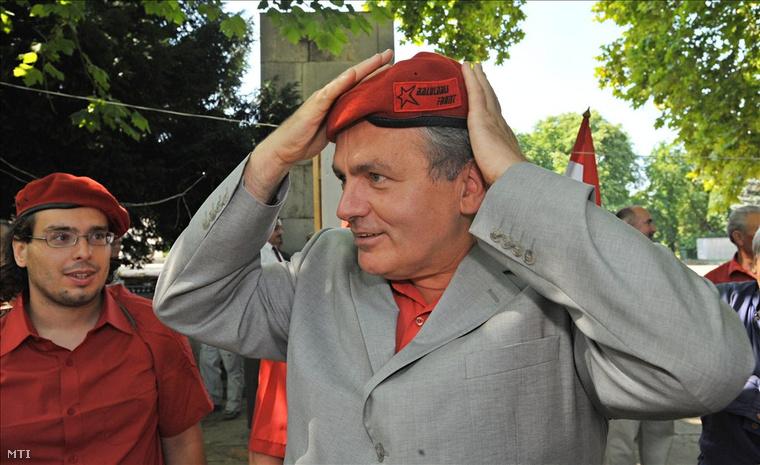 Thürmer Gyula, a MagyarKommunista Munkáspárt elnöke felpróbál egy baloldali front feliratú sapkát a Kádár János halálának 20. évfordulója alkalmából rendezett megemlékezés megkezdése előtt a Fiumei úti Nemzeti Sírkertben.