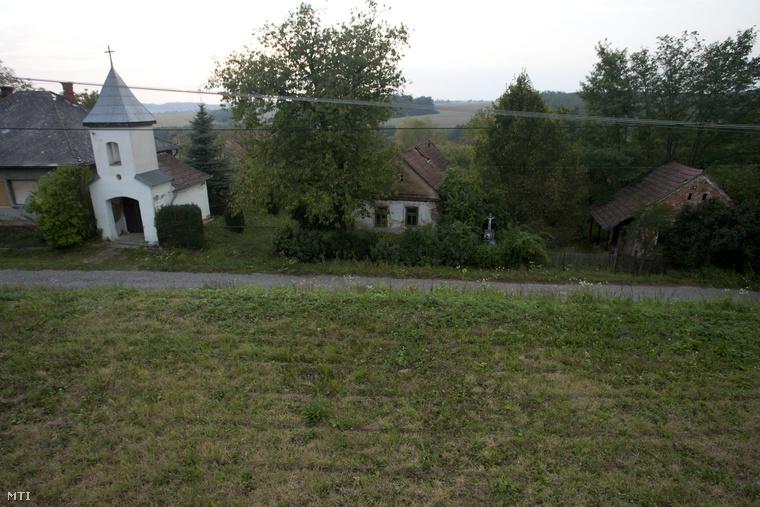 Harangláb és üresen álló házak a Zala megyei Iborfián. A faluban 1941-ben 173-an éltek