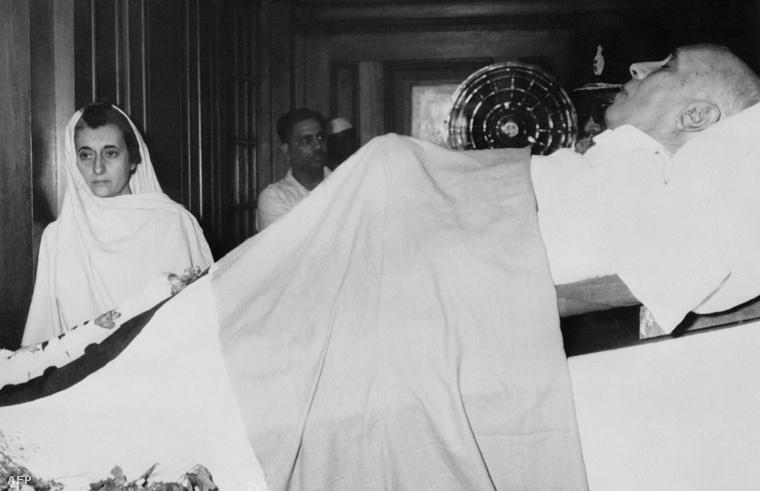 Indria Gandhi édesapja ravatalán, 1964-ben.