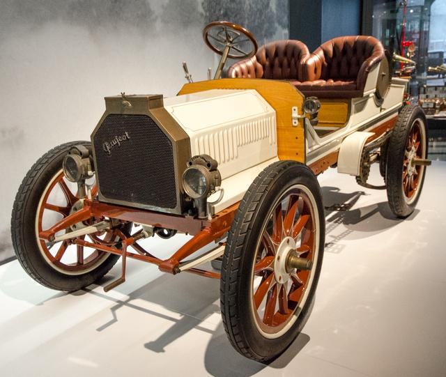 Fakerekű borzalmakból óriási a felhozatal Sanghajban. Ez itt egy Peugeot Type 39 1902-ből. Négyhengeres motor, háromsebességes váltó, felfújható Michelin abroncsokkal. Az első évében százat gyártottak belőle, ez egyszerre tette komoly üzleti sikerré, és a jólét szimbólumává.