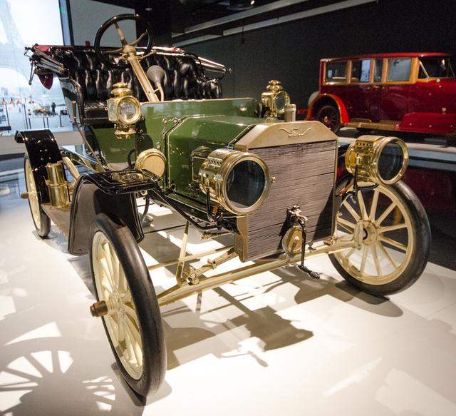 Ford Model S 1907-ből. Aki ismeri az ábécét, kikövetkeztetheti, hogy még a T-modell előtti konstrukció számtalan hintószerű részlettel. Meg sem közelítette utóda sikerét, de a futószalagos gyártás kifejlesztésekor sokat tanultak általa.