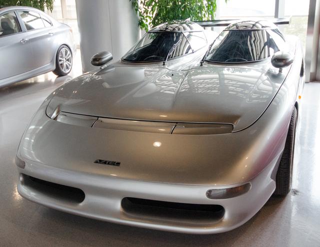 Fabrizio Giugiaro, az Italdesign későbbi alelnökének műve, az Aztec Roadster 1988-ból. Koncepcióautó létére sikernek mondható, hogy 18 darab meg is épült belőle.