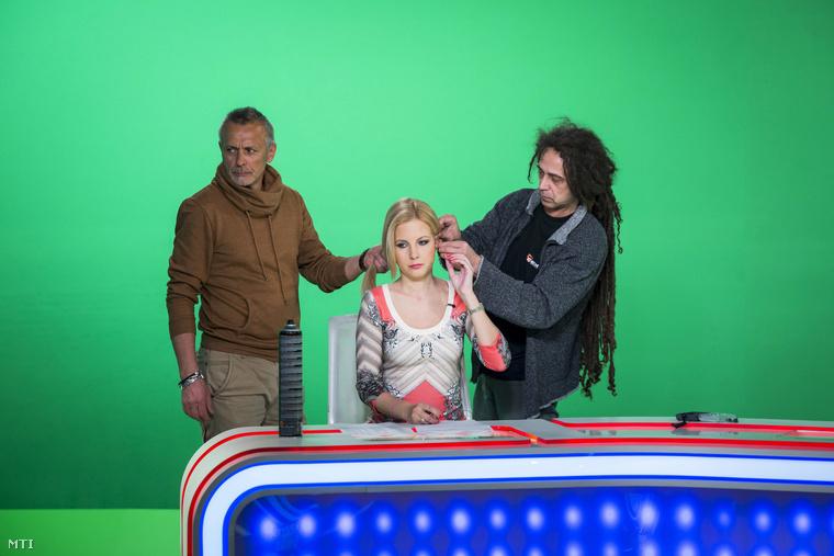 Várkonyi Andrea a Tények műsorvezetője felkészül a TV2 kereskedelmi televízió új stúdiójában a XIV. kerületi Róna utcai stúdióban 2014. március 17-én.