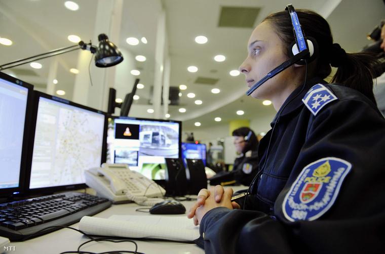 Diszpécser dolgozik a BRFK központi ügyeletén
