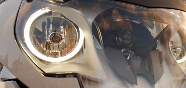 A két LED-es angel-eye az újdonság, de engem a folyamatosan mozgó tükörbe világító xenon fényszóró nyűgözött le. Mondjuk ennyiért nyűgözzön is le