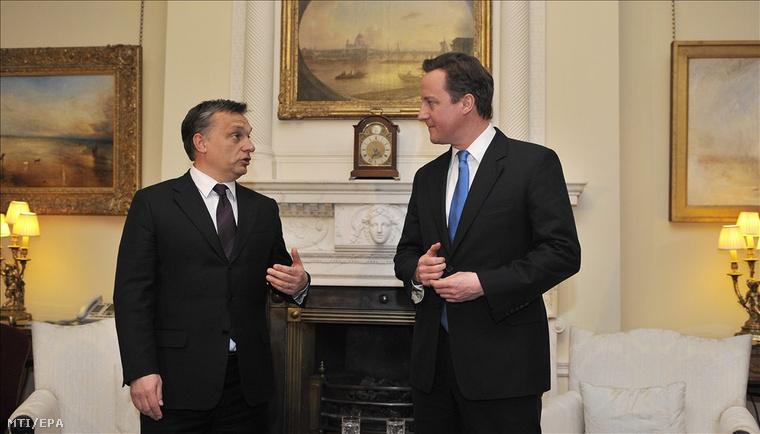 London, 2010. december 15. ORBÁN Viktor magyar miniszterelnök (b) és David CAMERON brit kormányfő a londoni kormányfői rezidencián tartott találkozójukon beszélgetnek 2010. december 15-én. (MTI/EPA/Andy Rain)