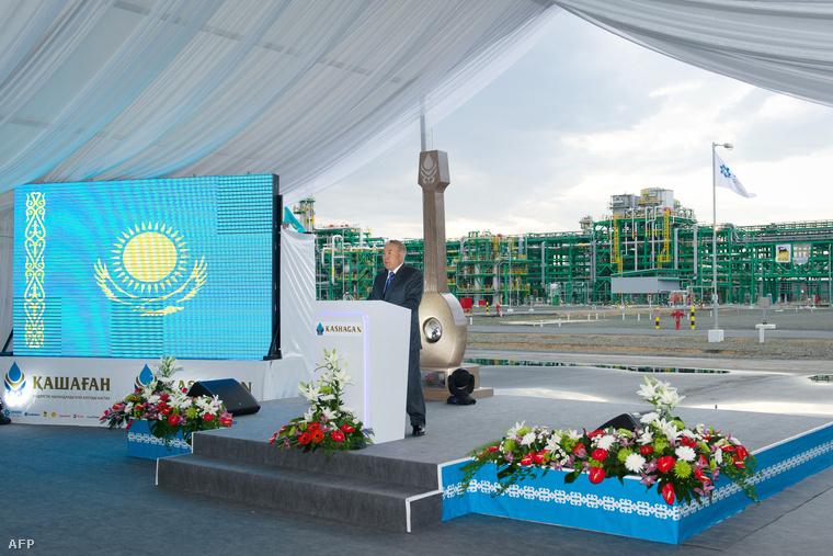 Nuszultan Nazarbajev egy kazakhsztáni olajbánya megnyitóján