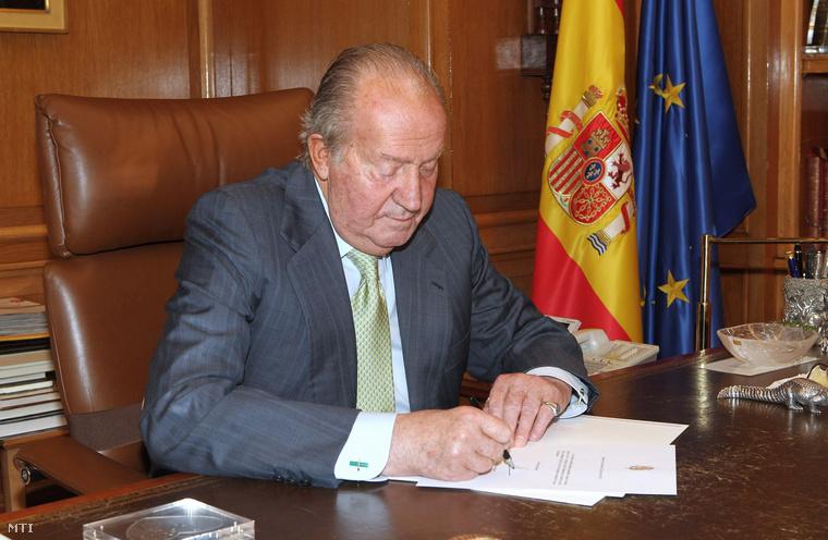 I. János Károly spanyol király aláírja lemondó nyilatkozatát