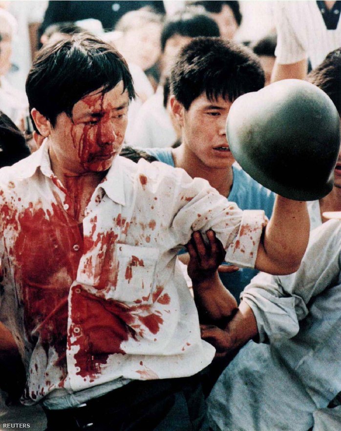"""Páncélos, ejtőernyős egységeket is bevontak, éles lőszert is használtak, a 24 órás vérengzésnek becslések szerint több ezer áldozata volt, emellett több ezer tüntetőt börtönbe zártak. Hivatalosan sosem közölték az áldozatok számát, a kínai külügyminisztérium szóvivője utólag is csak annyit mondott, hogy a kormány a helyes utat választotta """"az emberek érdekében""""."""