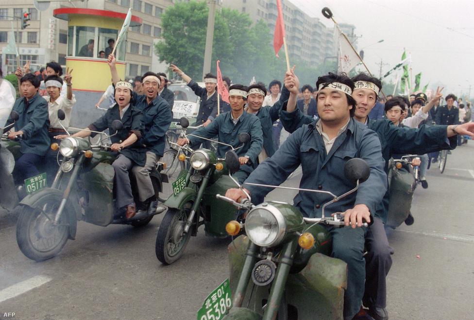 1989-ben az egyetemek bezárásának hatására sem adta fel a tömeg: újabb százezrek vonultak a térre, egyszerű munkások is egyre nagyobb számban csatlakoztak. A képen motoros munkások vonulnak fel májusban a diákok mellett kiállva.