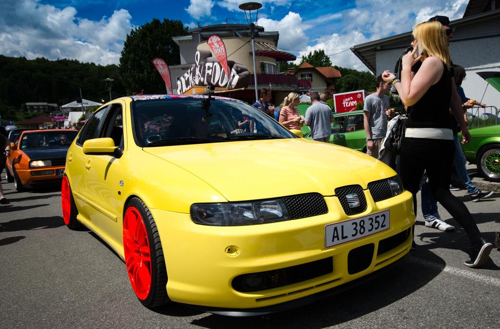 Valójában nemhogy Opellel, de még egy régi Civic-kel simán meg lehet jelenni, még a főutcai vonulgatáson sem törnek ki zavargások. Egy matt sárga leonból meg végképp nem lehet baj, főleg 20 colos kerekekkel.
