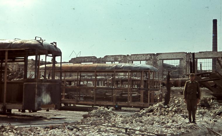 Magyar Vagon- és Gépgyár az 1944 július 2-i bombázás után. Budapestre gyártott (későbbi 5800-as sorozatú) villamosok maradványa.