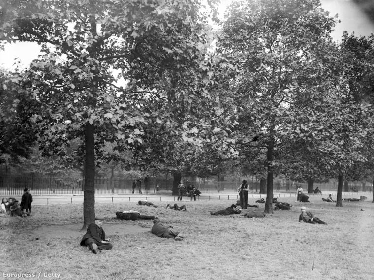 Munkanélküliek pihennek a St. James's Parkban, Londonban az 1900-az években.