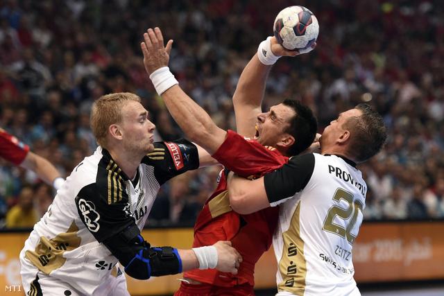 Renato Sulic az MKB-MVM Veszprém valamint Rene Toft Hansen és Christian Zeitz a német THW Kiel játékosai a férfi kézilabda Bajnokok Ligája elődöntőjében a kölni Lanxess Arénában.