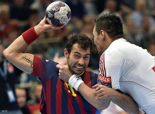 Schuch Timuzsin az MKB-MVM Veszprém és Daniel Sarmiento Melian a spanyol Barcelona játékosa a férfi kézilabda Bajnokok Ligájának harmadik helyéért játszott mérkőzésen Kölnben.