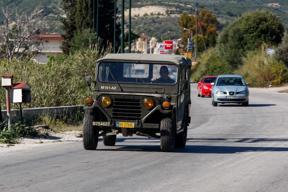 Mik nem jönnek szembe itt... A negyedtonnás katonai Jeep legutolsó, 1960 és 1969 között készült változata, az M151-es, csak így, az országúton, méghozzá igen szép állapotban