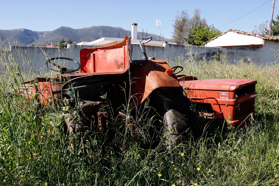 Minden újrahasznosul - ezekből a traktorokból úgy tűnik, kiváló, vastartalmú trágya lesz. Csak ki kell várni, de ha valamiből, hát időből Görögországban bőven van mindenkinek
