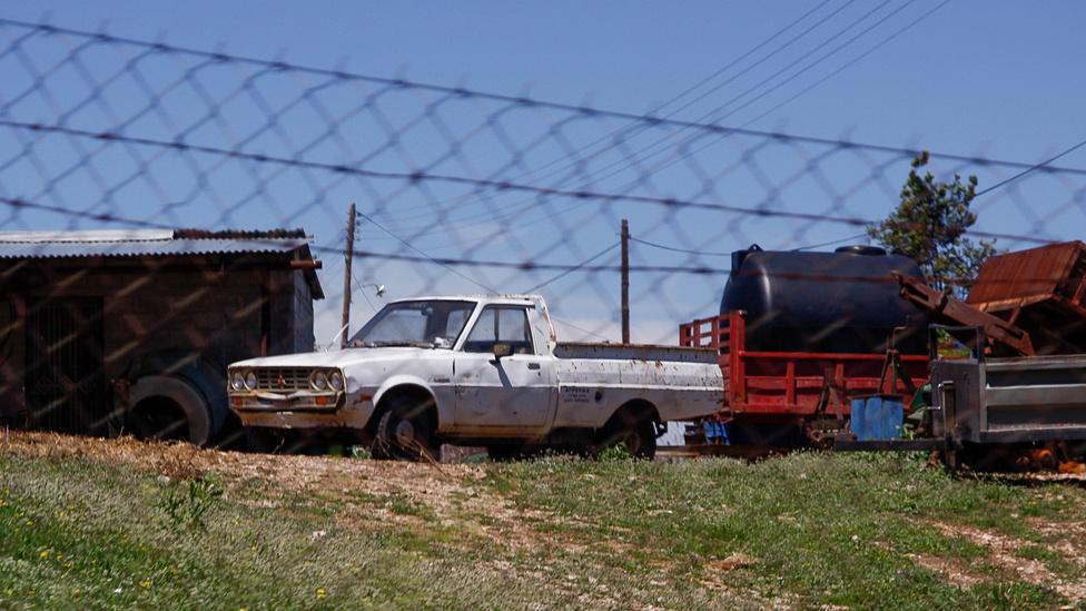 Egészen ép Mitsubishi L200 a kerítés mögött. Vajon egy japán nosztalgiaautós mit érez, amikor megpillant egy ilyet?