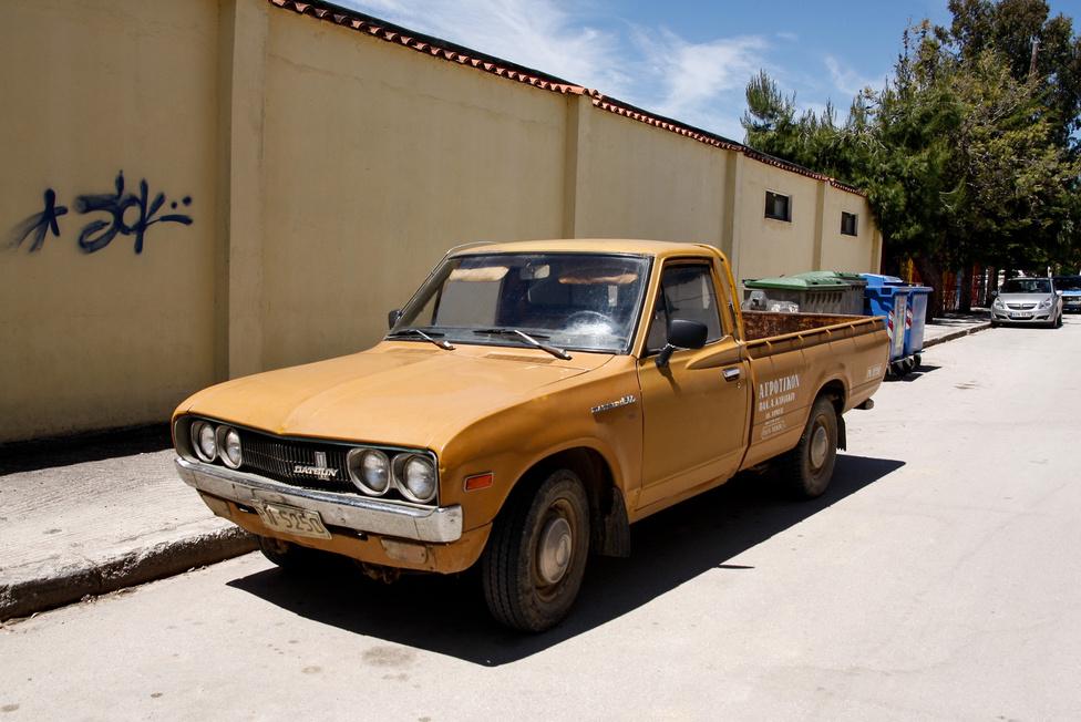 """Japán legnépszerűbb kisteherautója volt a 620-as kódnevű pickup, amely a legtöbb piacon Datsun 1600 Pick-upként futott, de a szépen megszobrászkodott övvonal miatt nevezték """"szárnyasoldalú"""", illetve """"puskagolyó"""" Datsunnak is sok helyen. Híresen tartós, rendkívül időjárásálló kisteherként ismerték - talán nem véletlenül, hiszen a Nissannak ez volt már az ötödik picup-generációja"""