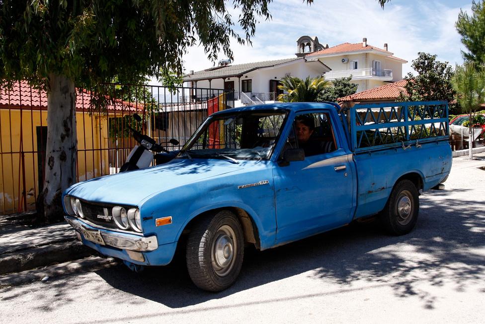 Egy másik Datsun 1600, avagy Nissan 620-as. A néni furán bámul, nem érti, mit kell fényképezni egy minimum 35. de lehet, hogy már 42 éves kisteherautón. Pedig érdekes a kocsija - a hetvenes években milliók szerte a világon ezt tartották a legjobb kisteherautónak. Egyébként az akkori Bluebird közeli műszaki rokona