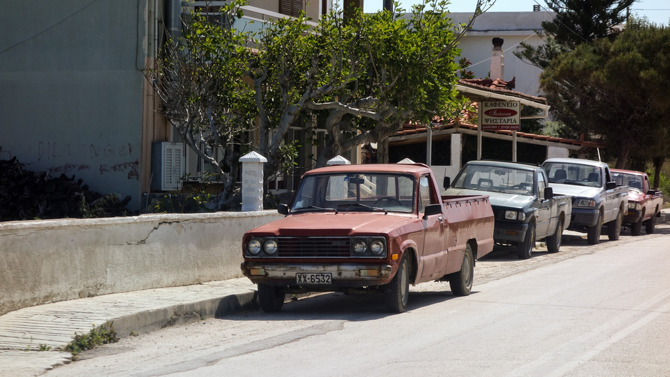 Nem a levegőbe beszélek, amikor azt mondom - a görög vidék falvaiban hemzsegnek a pickupok - itt egy utca, amiben csupa ilyen autó áll, és nem esett volna nehezemre fotózni száz másik hasonló szakaszt. Az első kocsit sokáig kutattam, mi lehet - egy B1800-as a harmadik Mazda pickup-generációból. Valamikor a nyolcvanas évek elején készühetett