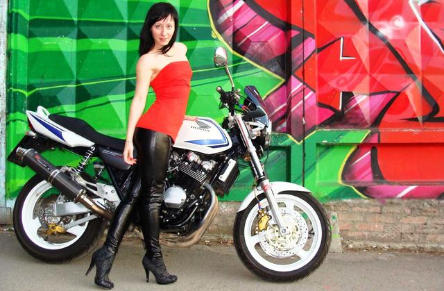 Egy kései Honda CB400 Super Four. Finom, négyhengeres motor, újabban befecskendezővel és változó szelepvezérléssel gyártják maguknak a japánok. Képünk csupán illusztráció, nem a levélírót ábrázolja