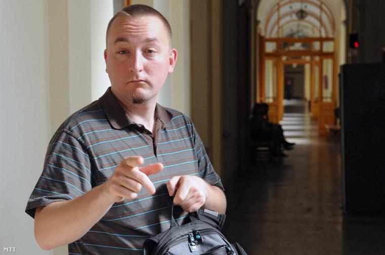 Polgár Tamás a Fővárosi Bíróság folyosóján. A bíróság jogerősen is felmentette, miután pirotechnikai kísérleteket folytatott egy csepeli lakás konyhájában, mert a használt anyagok nem minősültek robbanóanyagnak.