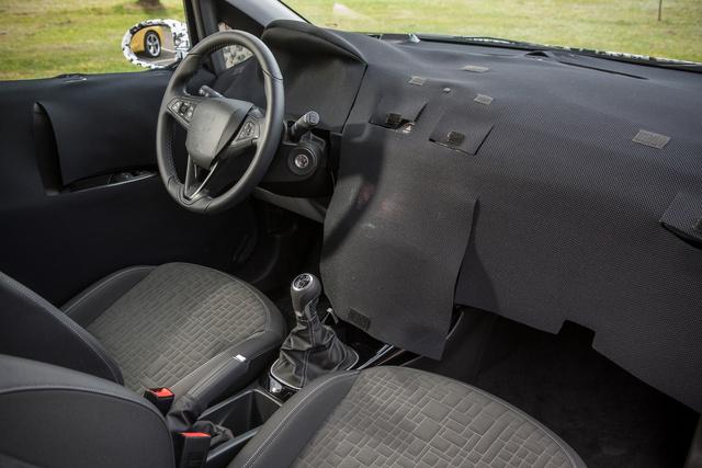 Ennyit tudtunk meg a műszerfalról. Kicsit emelgethettük a rongyokat, de csak az Opel Adamból ismert multifunkciós kijelzőtt láttuk