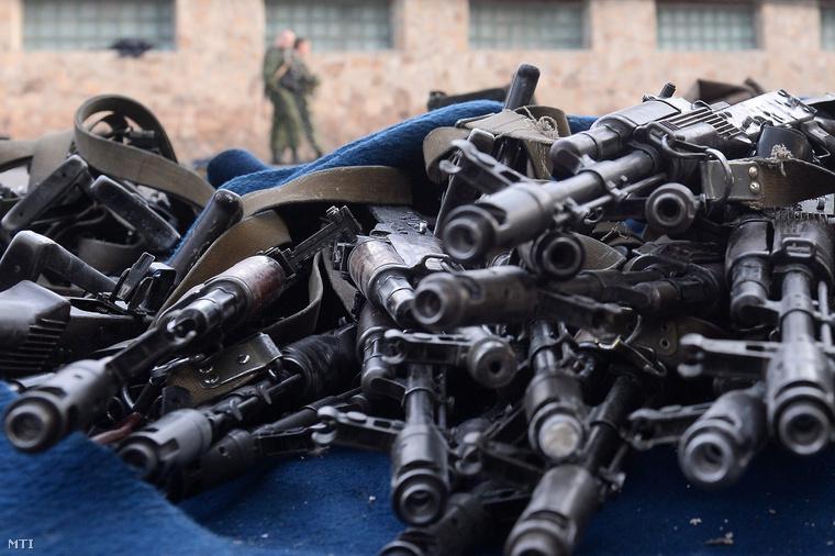 Oroszbarát szakadárok által lefoglalt fegyverek az ukrán belügyi csapatok egyik laktanyájában a kelet-ukrajnai Luhanszkban 2014. június 4-én amelyet az előző napon megtámadtak és elfoglaltak.