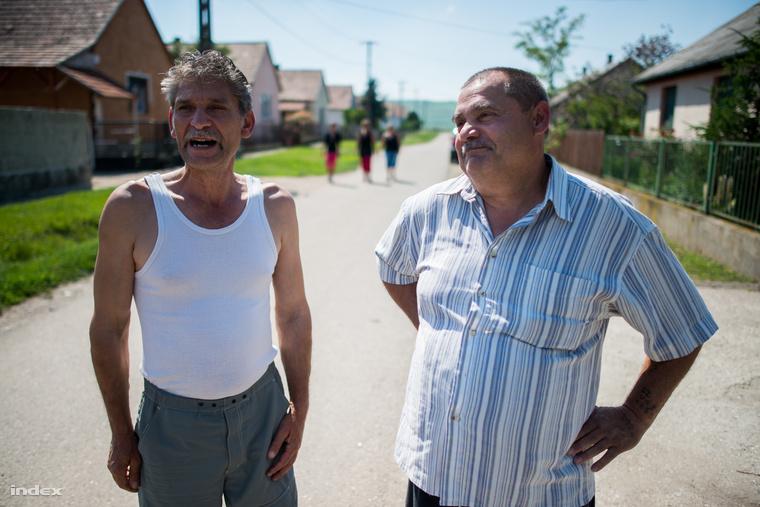 A jobb oldalon Molnár László, a szikszói cigány kisebbségi önkormányzat elnöke áll