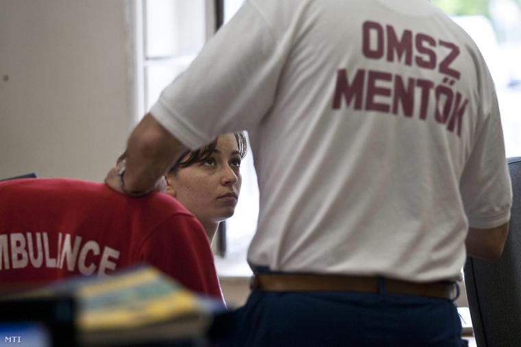 Operátor dolgozik az Országos Mentőszolgálat Központi Irányító Csoportjának központjában
