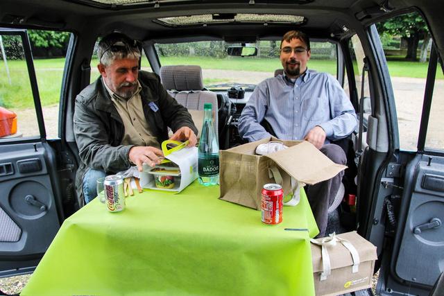 Tényleg kényelmesen lehet benne falatozni, ideális autó, ha az ember piknikezni akar. Oppárdon, pique-nique-ezni akar.