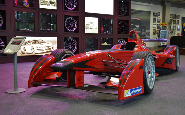 Most épp Daniel Abt Formula E-s autója az előtér dísze. A szeptemberben induló elektromos formulaautós sorozatban Abtéknak saját csapata lesz