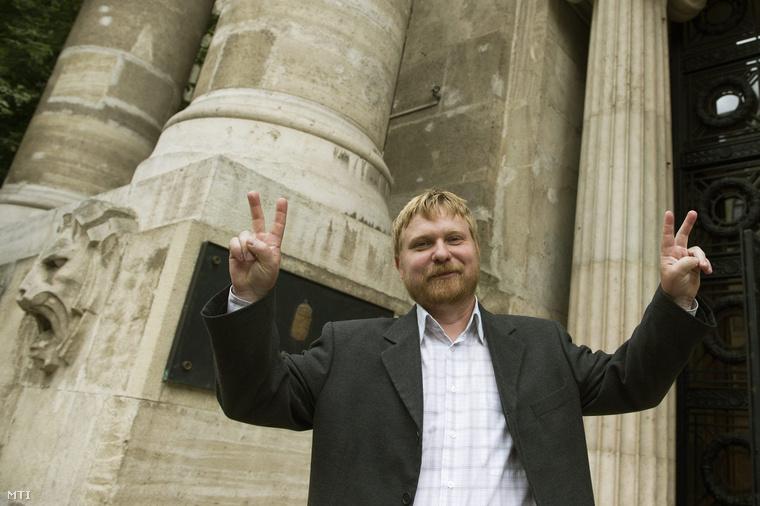 A felperes Kásler Árpád a Banki Adósok Érdekvédelmi Szervezetének elnöke örül az ítéletnek a devizaalapú kölcsönszerződésekben alkalmazott árfolyamrés tisztességtelenségének tárgyában indított per tárgyalása után a Kúria épülete előtt 2014. június 3-án.