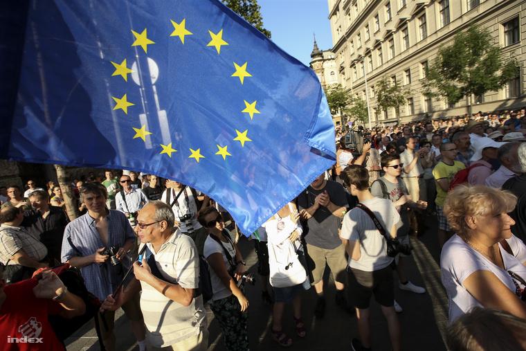 A kezdés előtt néhány perccel körülbelül százan gyűltek össze a fővárosi Kossuth téren, ahová a Kettős Mérce blog szervezett tüntetést Lázár János ellen. A létszám később 400-500 főre nőtt, az Alkotmány utcában szellősen álltak, a Honvéd utcáig már nem ért el a tömeg.