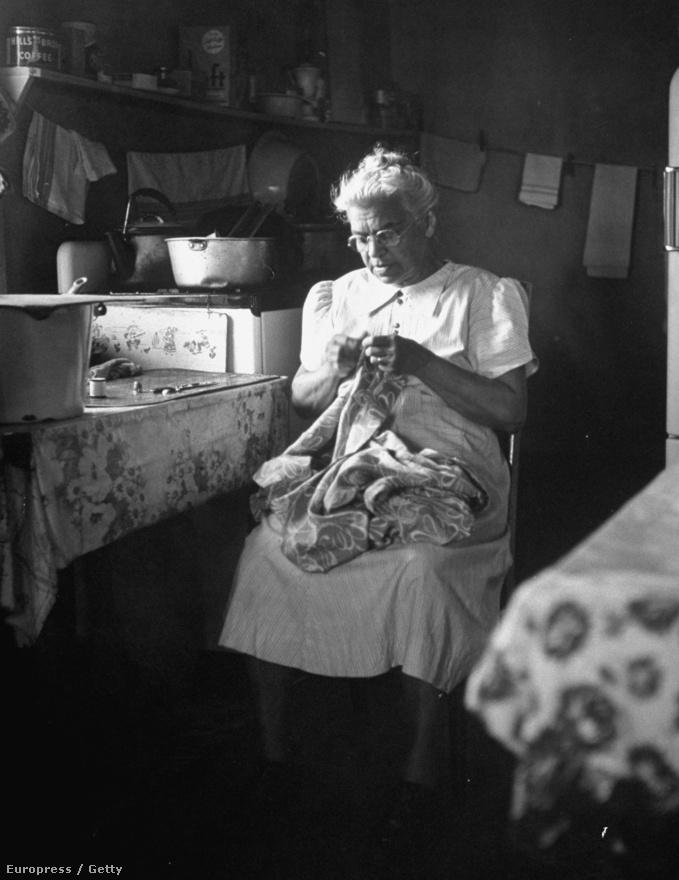 Lillie Rosa Minoka Hill,  mohawk indián törzsből származó doktornő a konyhájába beszűrődő fénynél varr.