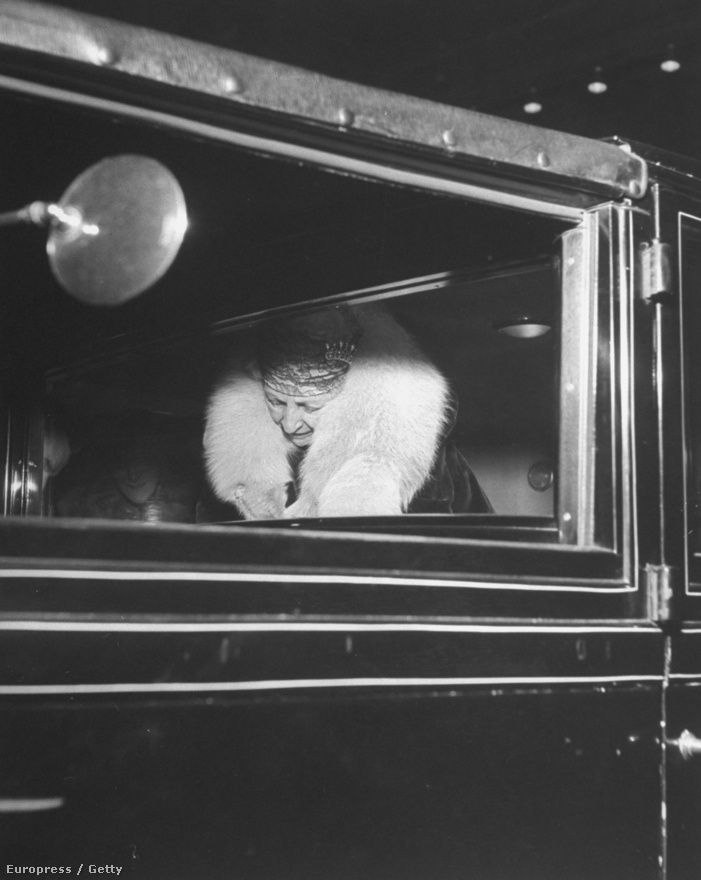 Megérkezik a Metropolitan Opera megnyitójára az egyik leggazdagabb amerikai üzletember, Cornelius Vanderbilt özvegye.