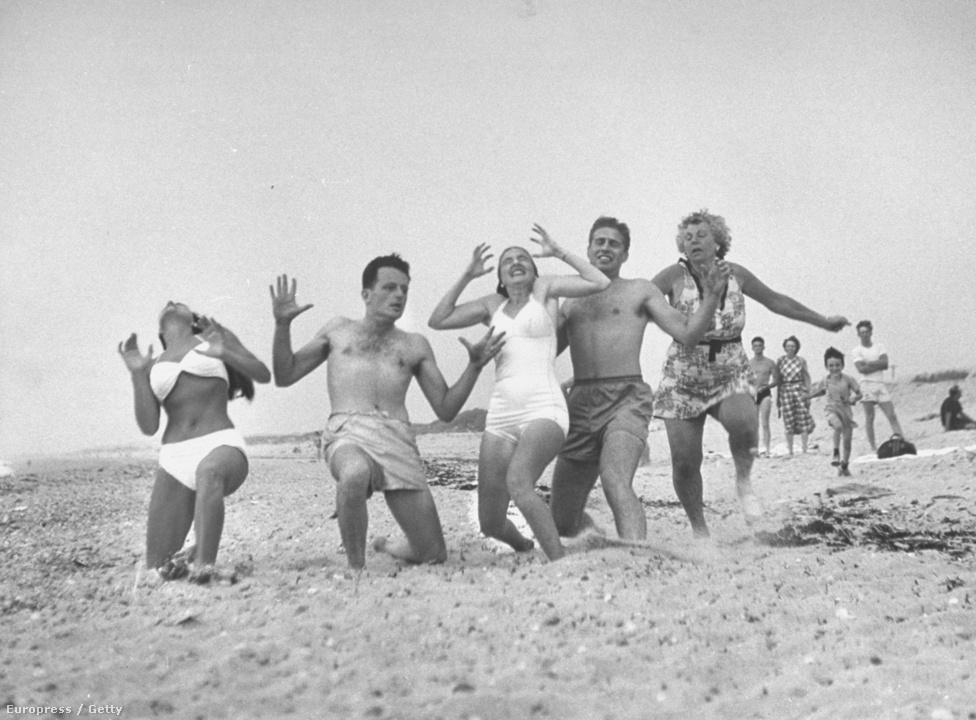 """1948 augusztusában fura ötlete támadt Milton Hood Wardnak. Alapított egy szektát, azaz """"szektát"""" Cape Codban Aktivizmus néven. Meggyőzött egy csomó embert arról , hogy ne fogja vissza az érzéseit, tombolja ki magát. Méghozzá azért, mert korábban tanulmányozott egy csomó törzsi táncot, és úgy gondolta, jót tehet a modern amerikaiaknak is, ha vidáman végigrohannak a tengerparton. A mozgalom nem volt hosszú életű, de a tengerparton tombolás szerencsére nem ment ki a divatból."""