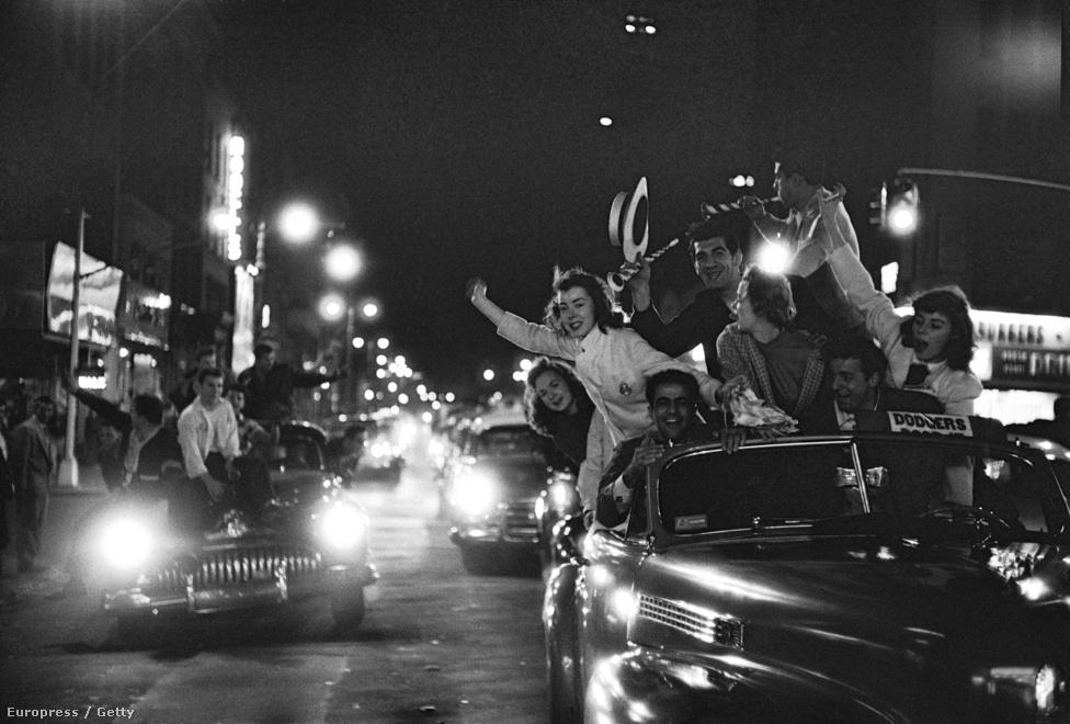 A Brooklyn Dodgers baseball-csapat szurkolói a csapatuk hihetetlen World Series-győzelmét ünneplik – még az utakon is.