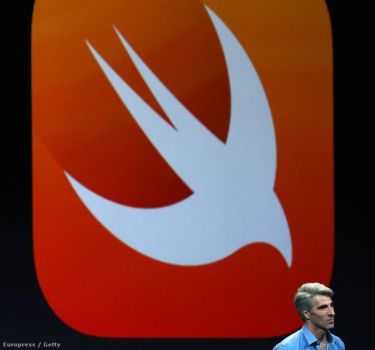 Craig Federighi, az Apple szoftverfejlesztési ágazatának alelnöke a SWIFT logója előtt