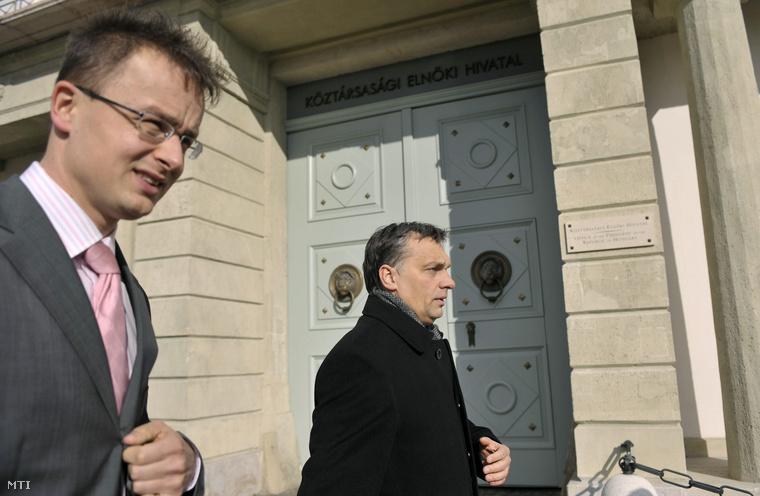 Szijjártó Péter és Orbán Viktor a Sándor-palota előtt 2009-ben