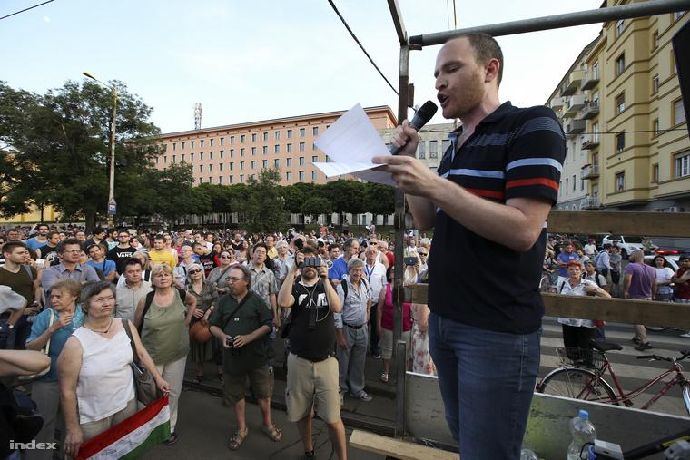 Tüntetők a Magyar Telekom Krisztina körúti székházánál, 2014. június 9-én.