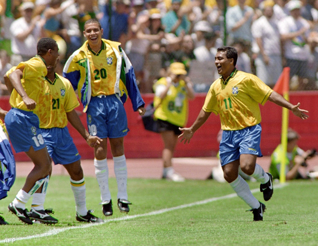 Igen, a háttérben a tini-Ronaldo (20) ugrál örömében Romário gólja után