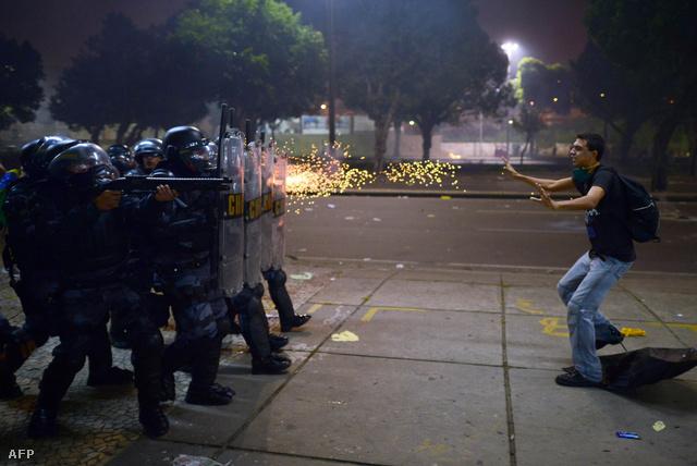 Vb-ellenes tüntető és rohamrendőrök Rióban, 2013. júniusában.