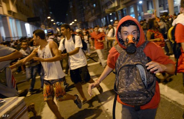 Egy 2013-as tüntetés résztvevőit oszlatják a rendőrök Rióban
