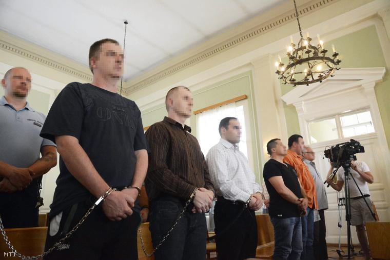 Mészáros Béla elsőrendű (elöl b), Mészáros Tibor másodrendű (elöl b2) és Herczku Szabolcs harmadrendű vádlott (elöl b3) hallgatják az ítéletet az ellenük aljas indokból, több emberen, védekezésre képtelen személy sérelmére elkövetett emberölés bűntette és más bűncselekmények miatt indult büntetőper tárgyalásán a Szolnoki Törvényszék tárgyalótermében 2014. június 12-én.