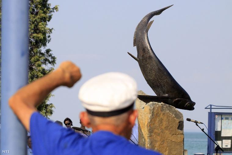 A tihanyi kompátkelőnél felállított Garda-szobor