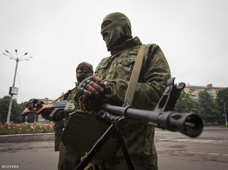 Oroszpárti szeparatisták a Donyeckbe vezető úton